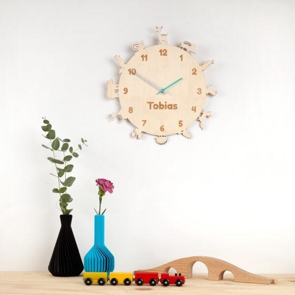 Persoonlijk en educatief speelgoed, een klok in kinderkamer voor een ind van 4 of 5 jaar