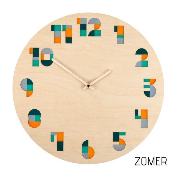 Kleurrijke houten klok met mozaïek cijfers in verschillende kleuren.