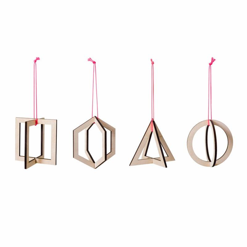 De geometrische kersthangerset A Geometric Christmas bestaat uit vier figuren en is gemaakt van duurzaam hout.